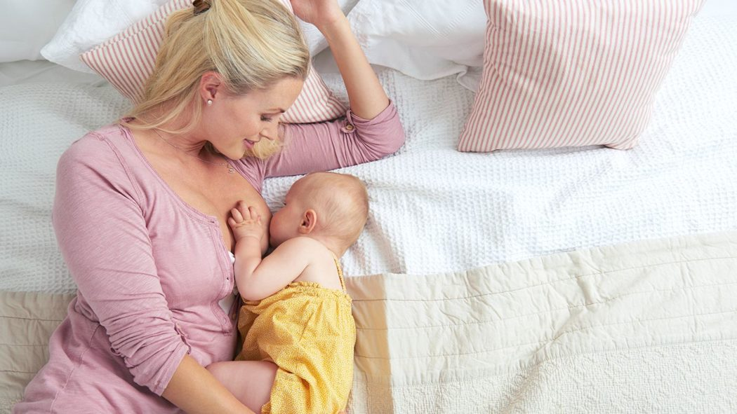 allaiter bebe couchee allongee sur le cote
