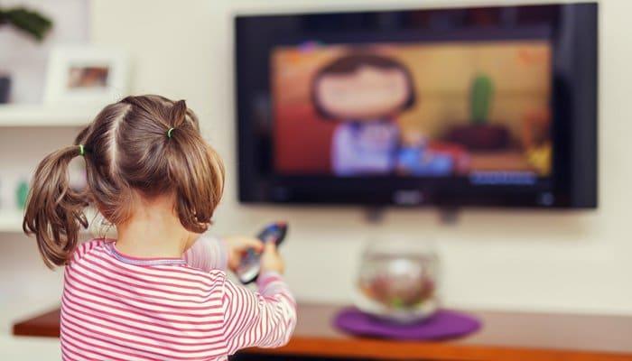 enfant de 3 ans qui regarde des dessins animés