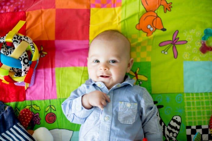 Comment choisir un tapis d'éveil montessori