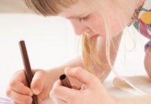 Petite fille qui colorie une licorne