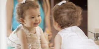 Pourquoi installer un miroir montessori